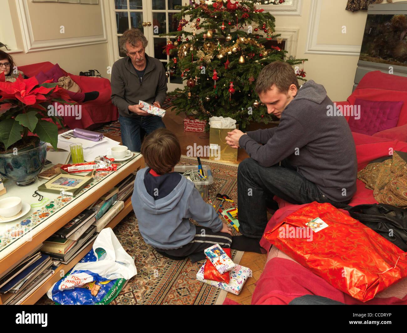 Familie Weihnachtsgeschenke um Weihnachtsbaum England öffnen ...
