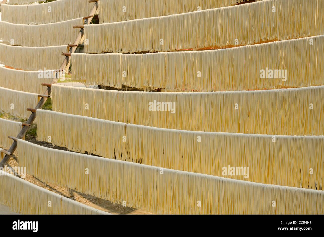 Nudeln heraus hängen auf den Stangen in fuli in der Nähe von Yangshuo China zu trocknen Stockbild