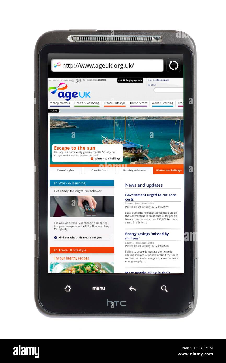 Die Age UK Charity-Website (ein Zusammenschluss von Age Concern und helfen den alten) betrachtet auf einem HTC-smartphone Stockbild