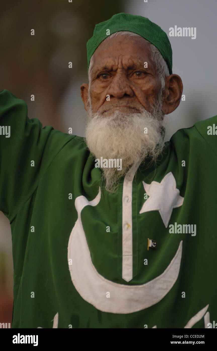 Ein leidenschaftlicher Fan von Pakistan geschmückt den Nationalfarben sowie seine Halbmond Mond und Sterne. Stockbild