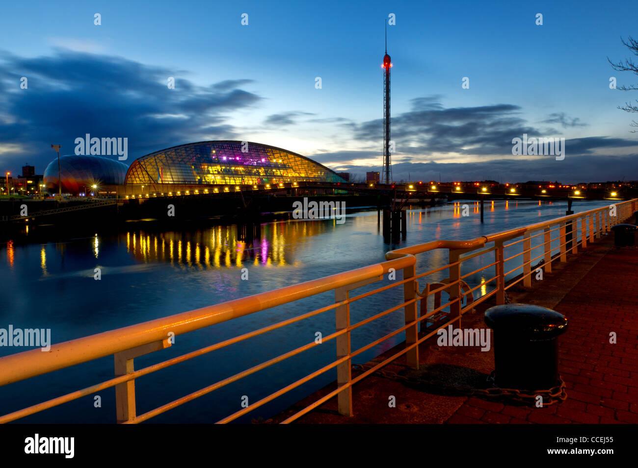 Glasgow Science Centre & Turm durch den River Clyde, Glasgow in der Nacht. Stockbild