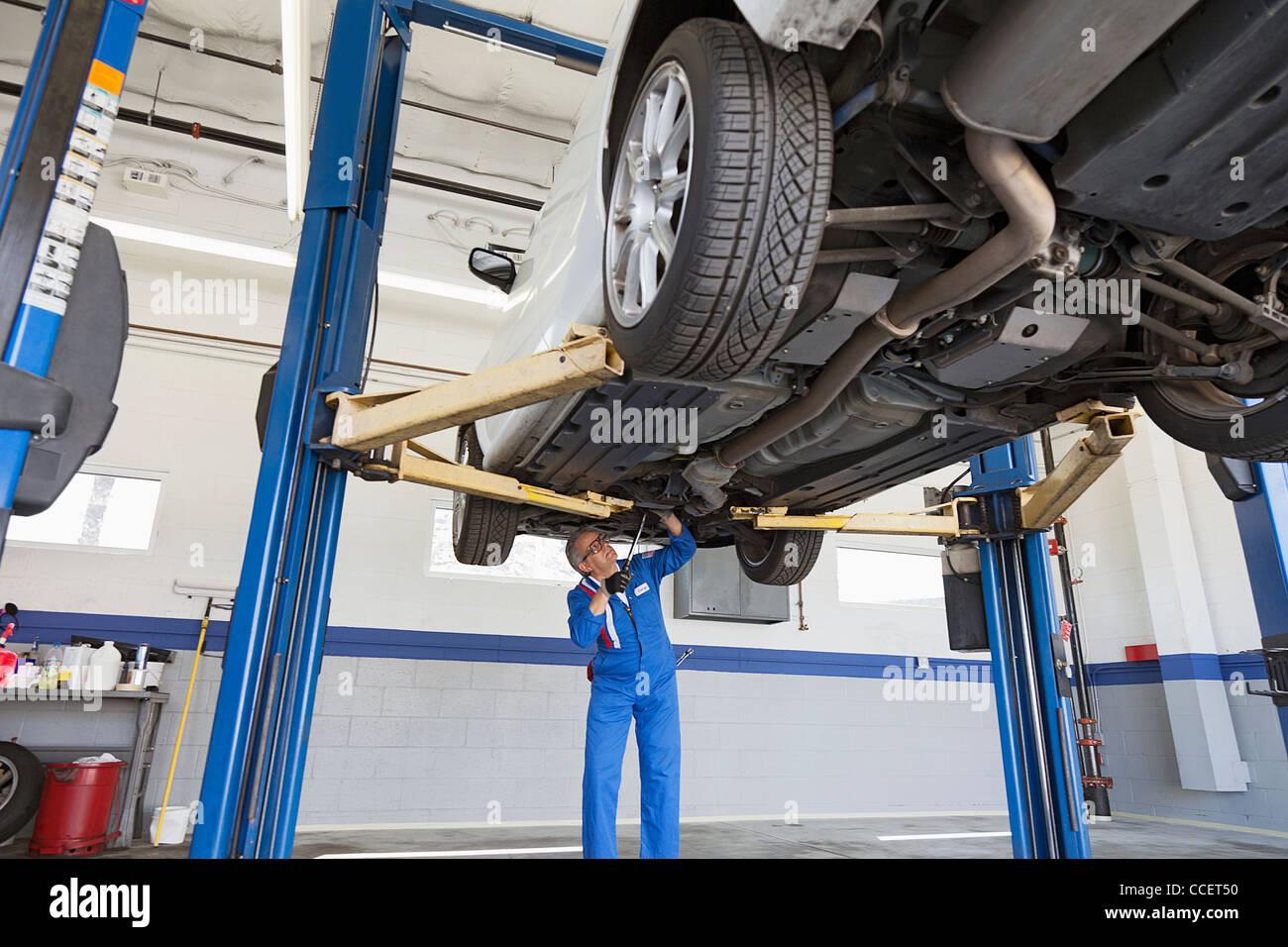 Niedrigen Winkel Ansicht unter Auto Mechaniker arbeiten Stockfoto ...