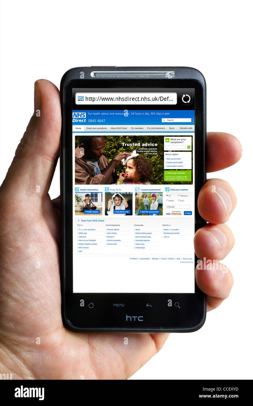 Die NHS Direct Gesundheit Beratung Website betrachtet auf einem HTC-Smartphone, England, UK Stockbild
