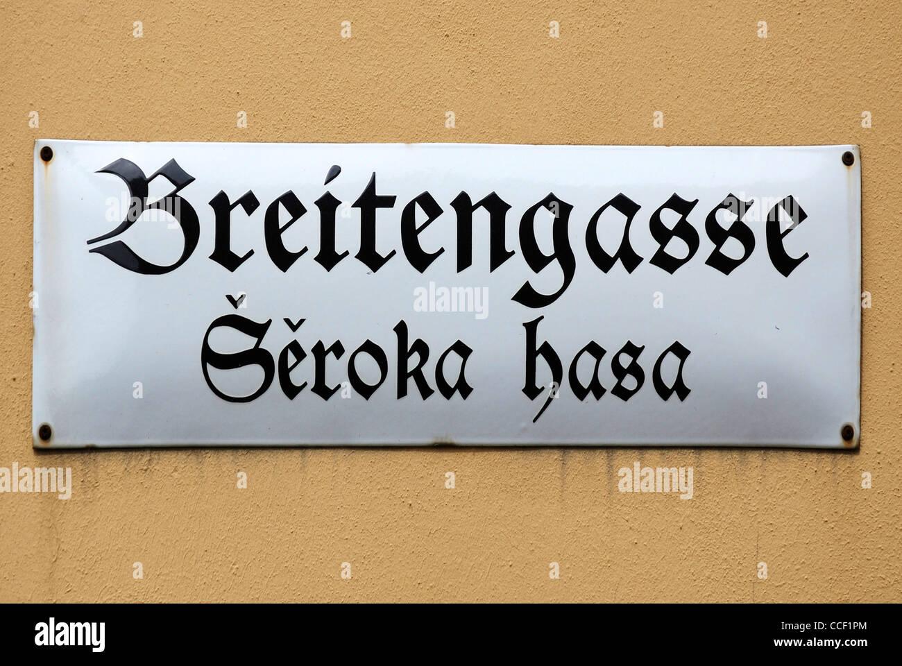 Straßenschild der Bautzen in Deutsch und Sorbisch in der Breitengasse - Seroka Hasa. Stockbild