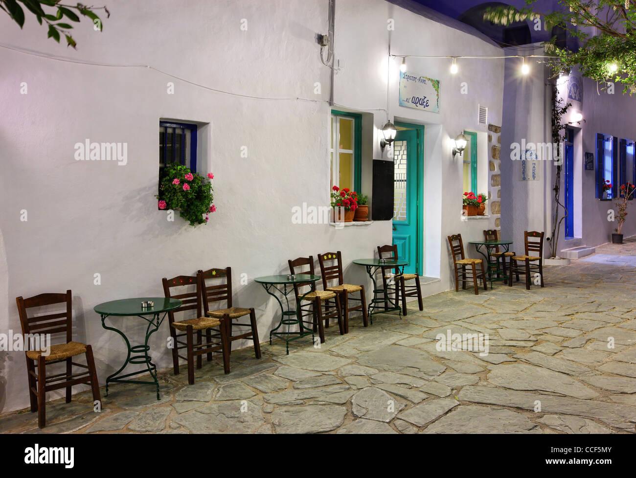 """Nachtansicht von einem der vielen malerischen Gassen in Hora (""""Hauptstadt"""") von Folegandros Insel, Kykladen, Stockbild"""