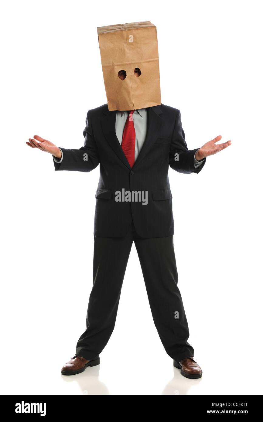 Porträt des Geschäftsmannes tragen Papiertüte über dem Kopf isoliert auf weißem Hintergrund Stockbild