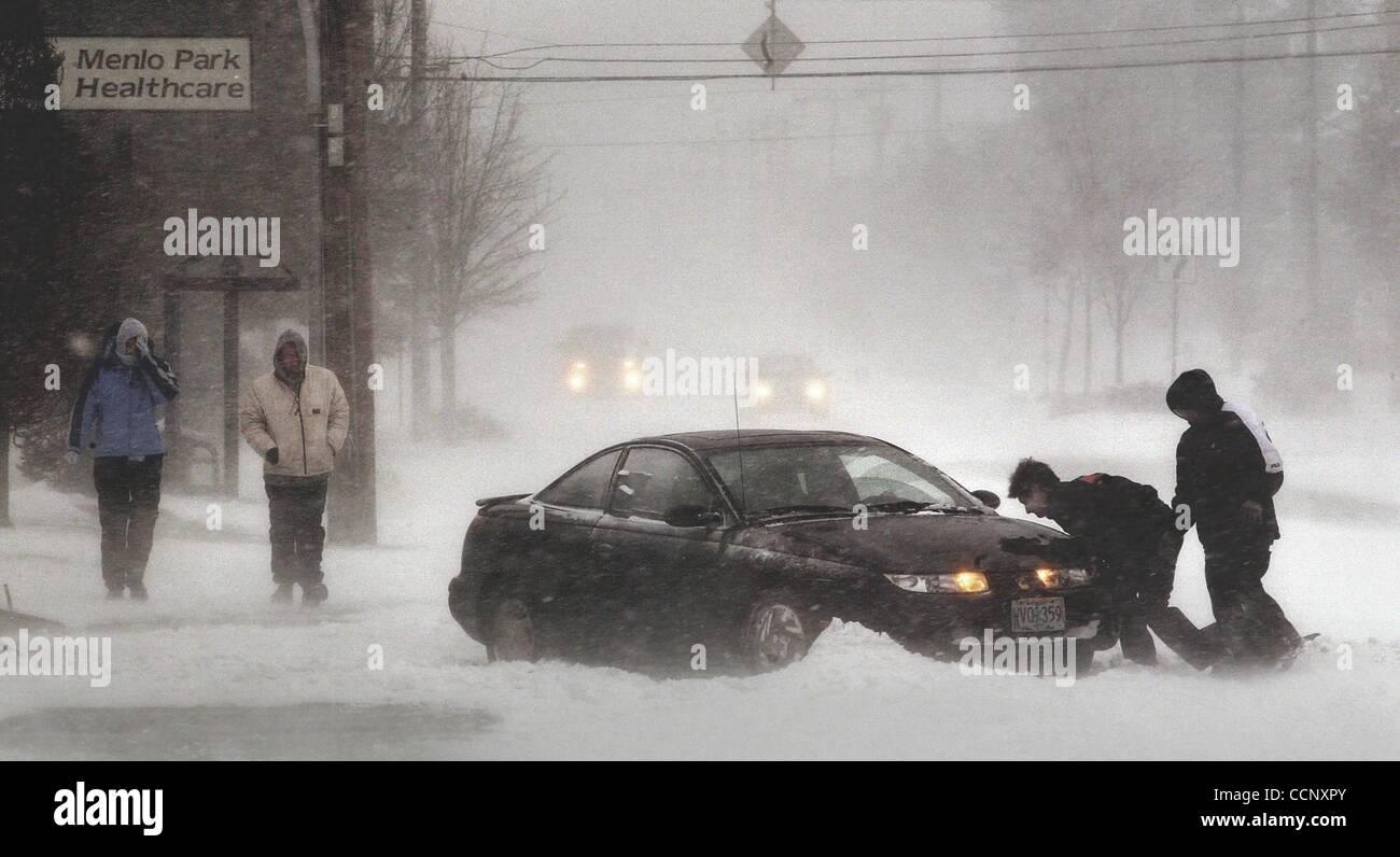 6. Januar 2004 bringt lastet auf Portland - Portland, Oregon, USA - A Winter-Sturm weht Schnee, kalten Winden und Stockbild