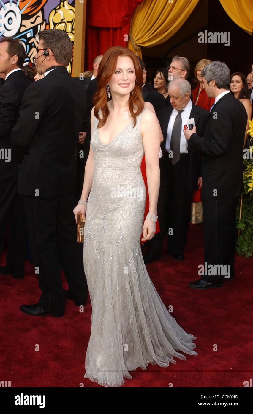 29. Februar 2004; Hollywood, Kalifornien, USA; Oscar-Verleihung 2004: Schauspielerin JULIANNE MOORE der 76th Annual Academy Awards, angekommen im Kodak Theater statt. Stockfoto