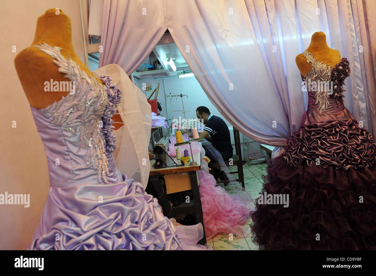 28. Juli 2010 - Teheran - ein Irania junge Männer näht Brautkleid in ...