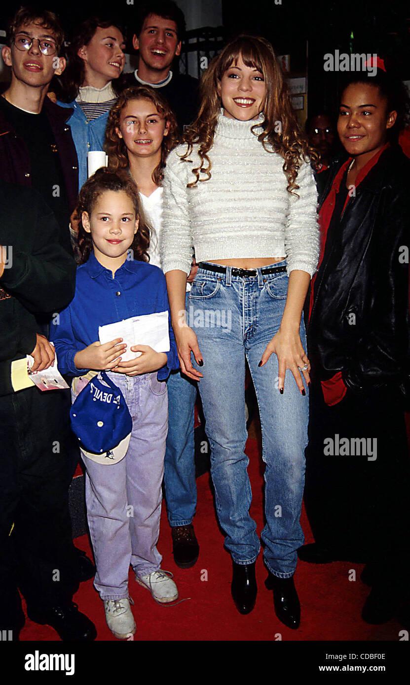 21.11.1994 NEW YORK. MARIAH CAREY UNTERZEICHNUNG IHRER NEUEN CD VON ...