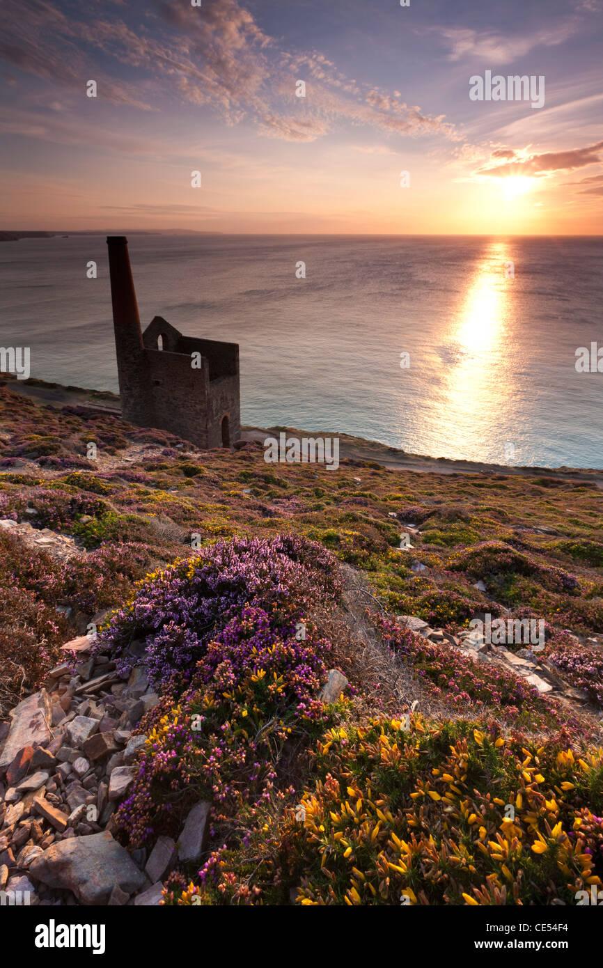 Kornische Sonnenuntergang, St. Agnes, Cornwall, England. Sommer (August) 2011. Stockbild