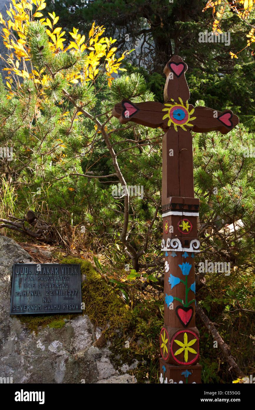 Gedenktafel und Holzkreuz erinnert einen Bergsteiger in die symbolische Friedhof, hohe Tatra, Slowakei, Europa. Stockbild