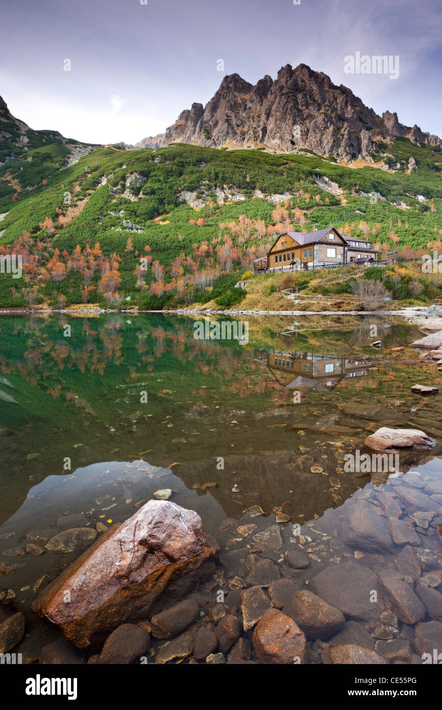 Zelené Pleso See und Berghütte in der hohen Tatra, Slowakei, Europa. Herbst (Oktober) 2011. Stockbild