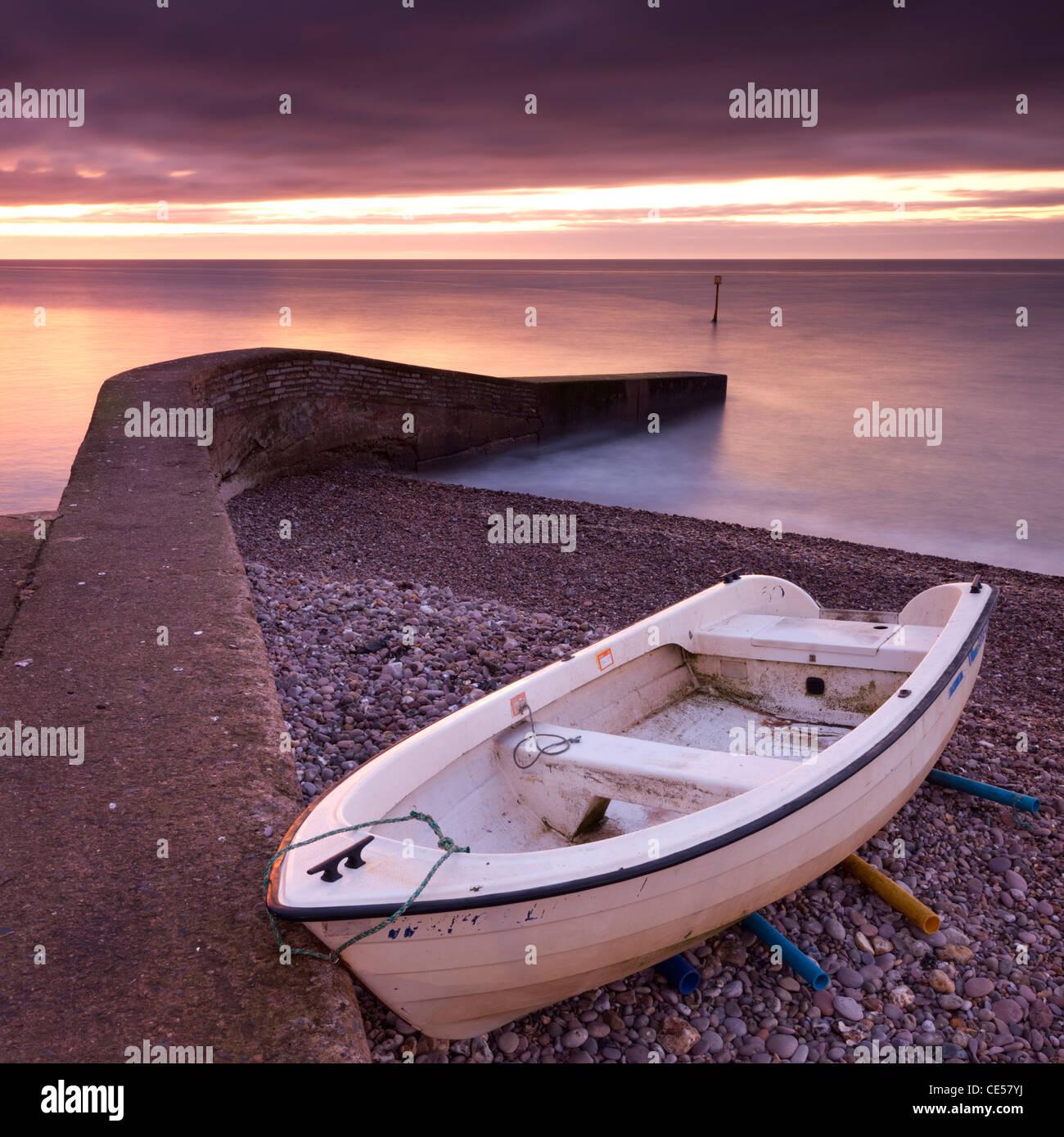 Fischerboot am Strand von Sidmouth in der Morgendämmerung, Devon, England. Winter (Januar) 2012. Stockbild
