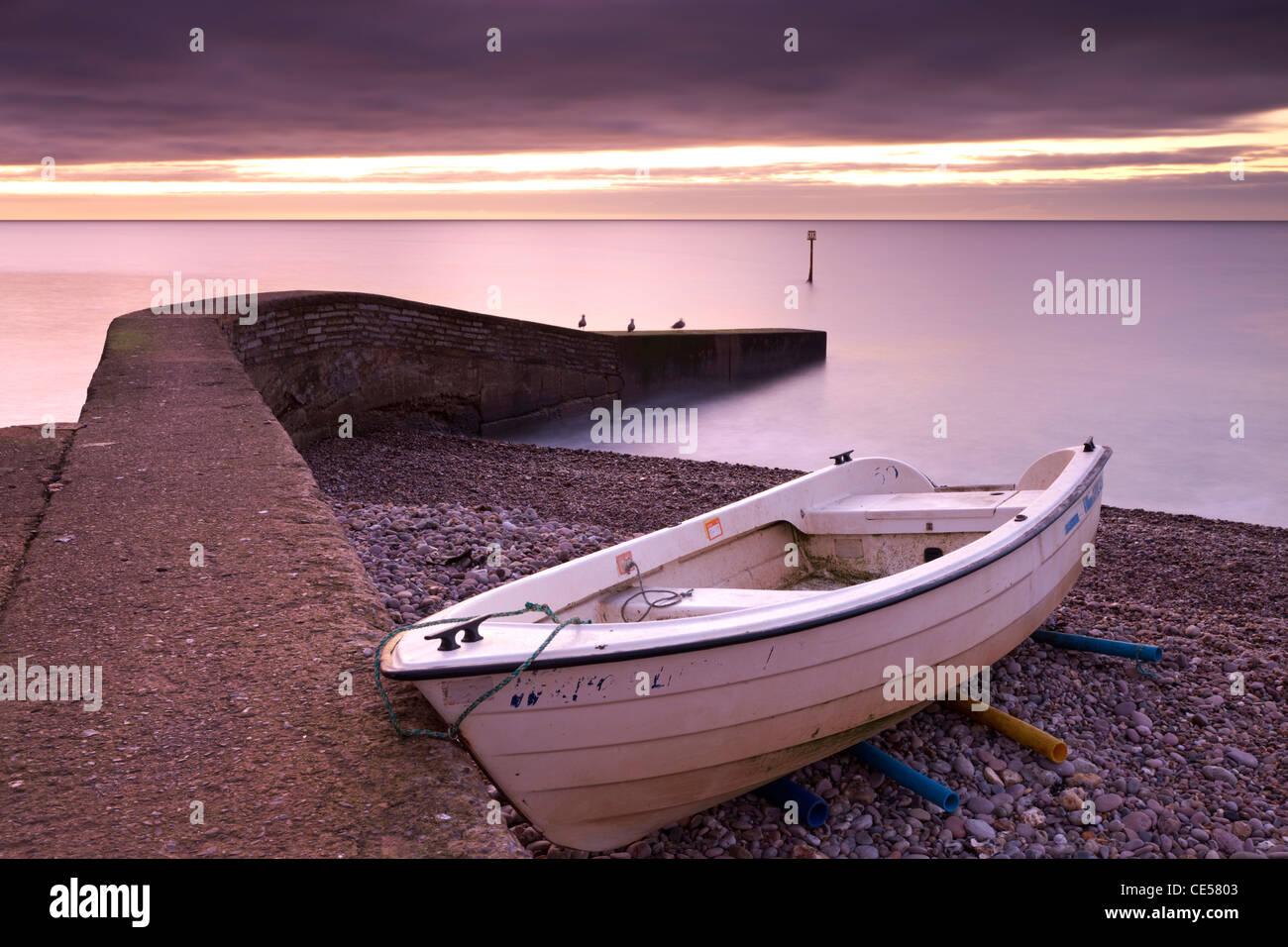 Angelboot/Fischerboot am Strand von Sidmouth Dawn, Sidmouth, Devon, England. Winter (Januar) 2012. Stockbild