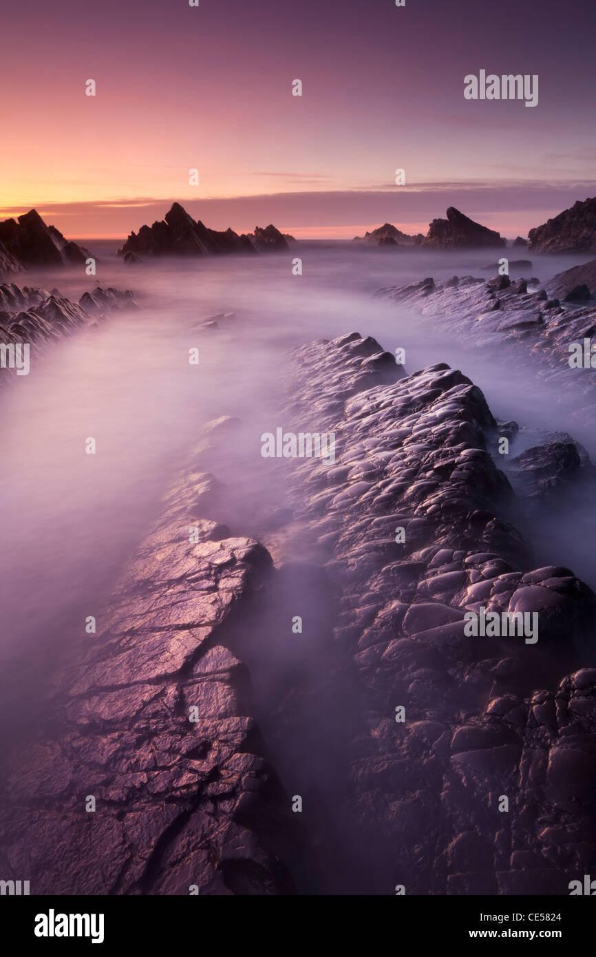 Gebrochene Felsüberhängen am Hartland Quay, North Devon, England. Winter (Januar) 2012. Stockbild