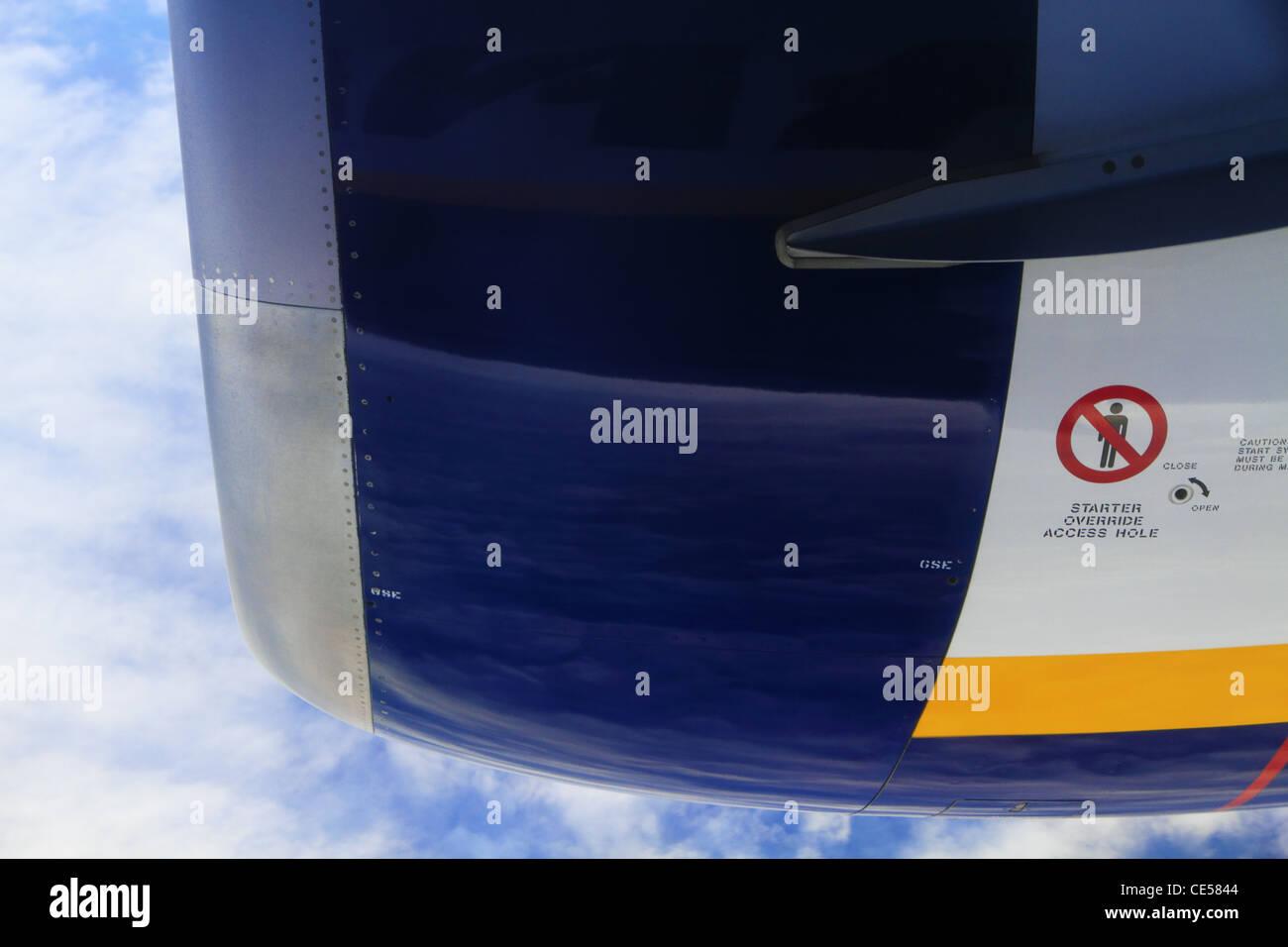 Die Gehäuse Fall Außenwand eines Jet-Engine auf einem Ryanair-Boeing 737-800 Flugzeug Flugzeuge Nahaufnahme Stockbild