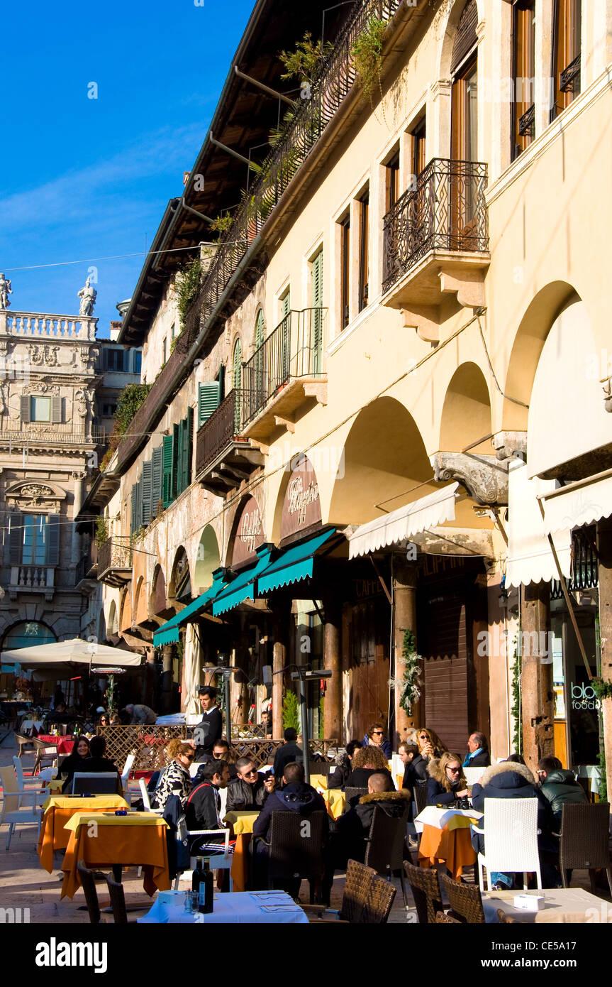 Straßencafés, Piazza Delle Erbe, Verona, Italien Stockbild