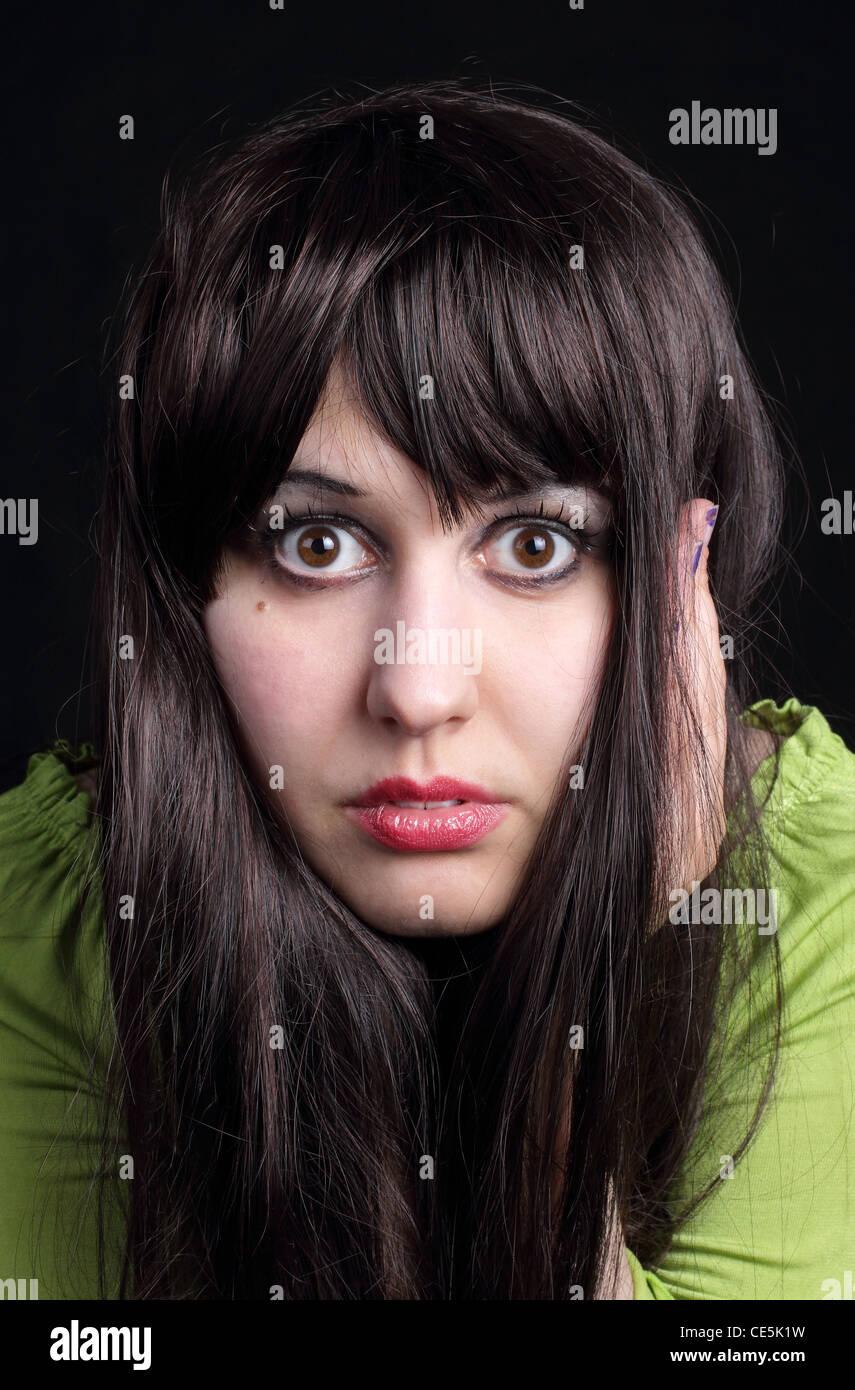 frau schwarze haare grüne augen