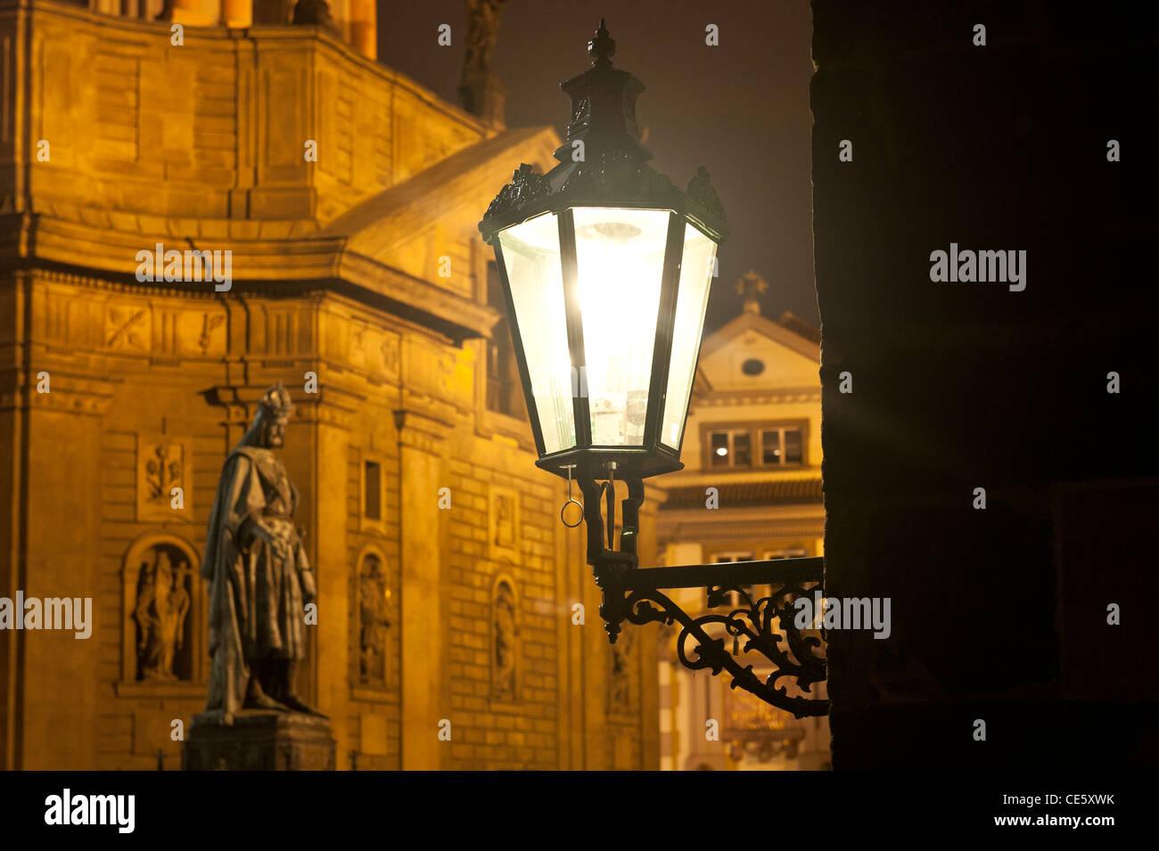 Straßenlaterne an der Karlsbrücke von Prag, Tschechische Republik Stockbild