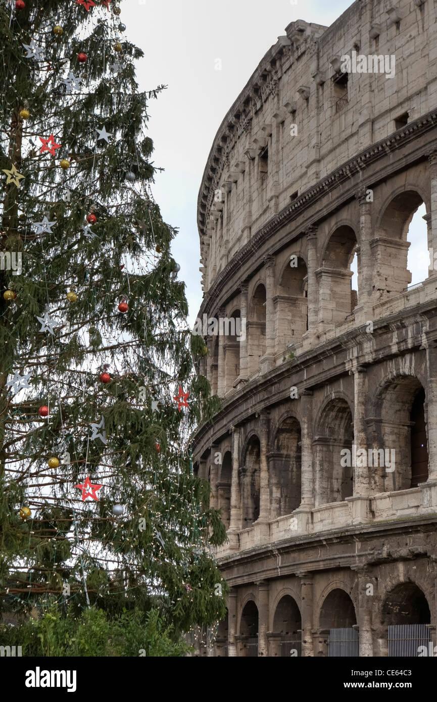 Das Kolosseum in Rom, Lazio, Italien mit dem Weihnachtsbaum ...