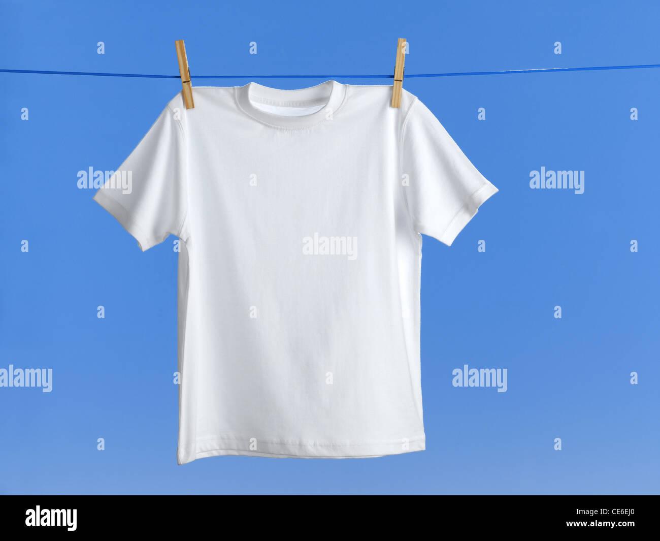 T-Shirt auf der Wäscheleine Stockbild