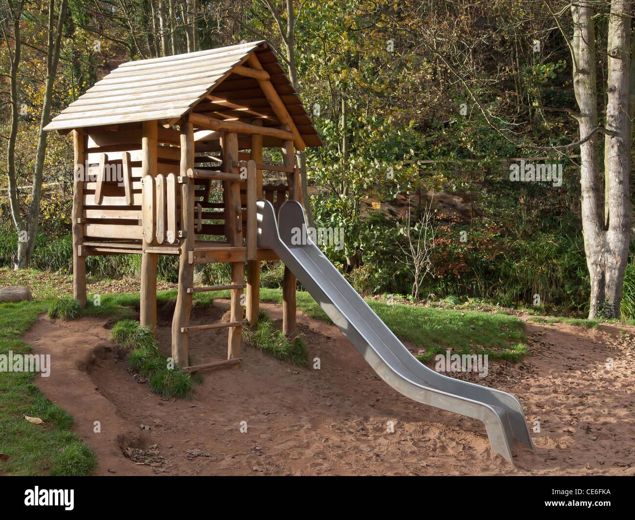 Klettergerüst Englisch : Gut spielen umwelt kinderspielplatz mit einer rutsche klettergerüst