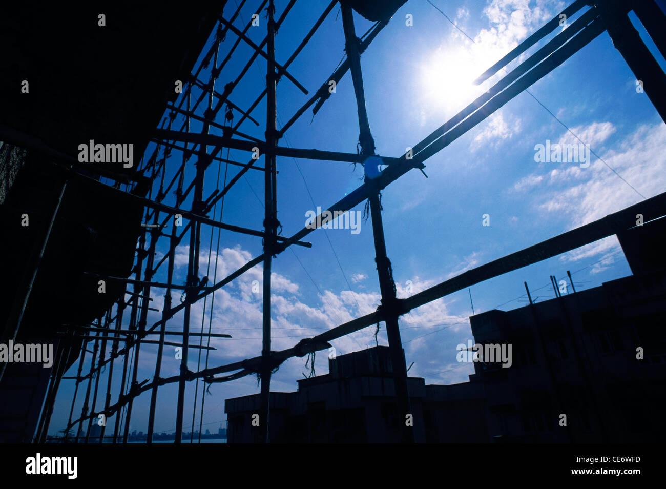 STP 86018: Bambus Struktur Sonne weißen Wolken blauer Himmel Indien Gerüste Stockbild