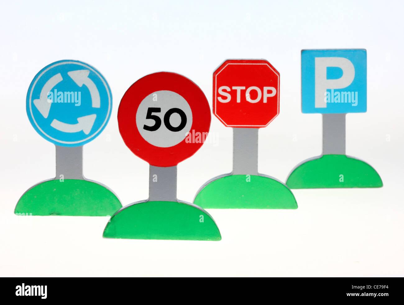 Verschiedene Verkehrszeichen. Bunte Bausteine, Holz. Spielzeug. Stockbild