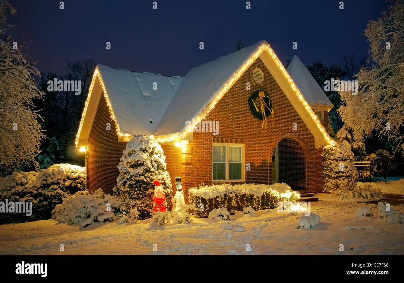 cottage snow night stockfotos cottage snow night bilder alamy. Black Bedroom Furniture Sets. Home Design Ideas