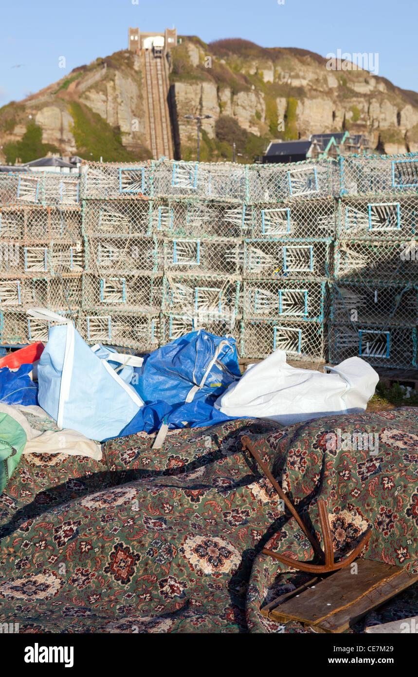 Fischindustrie in Hastings in England mit Standseilbahn Aufzug im Hintergrund und Hummer Töpfe Stockfoto