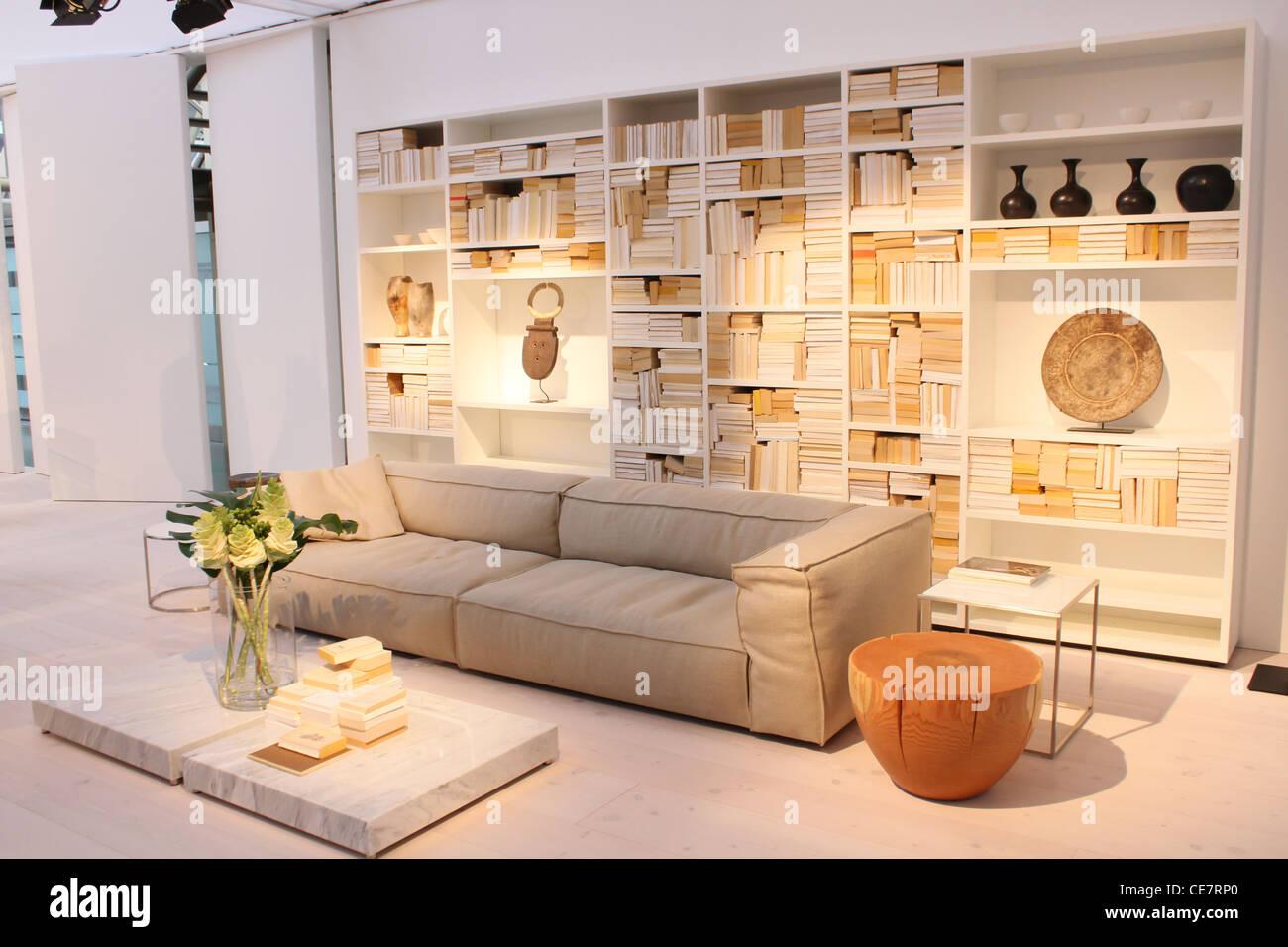 Leeren Wohnzimmer Bücherregal Couch Sofa Weiss Stockfoto Bild