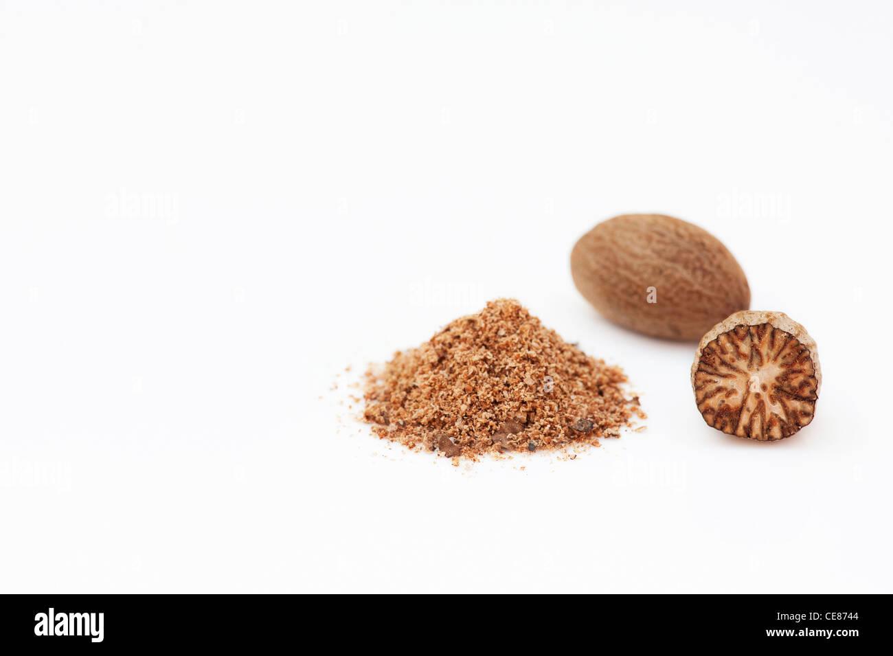Myristica Fragrans. Muskatnuss und Boden Muskatnuss auf weißem Hintergrund Stockfoto
