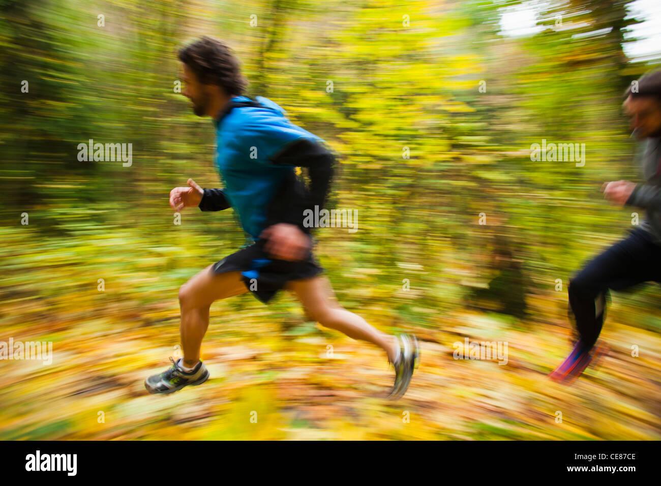 54706a65bdd Einem hohen Winkel schwenken Blick auf zwei Männer Trailrunning in  Herbstfarben. Stockbild