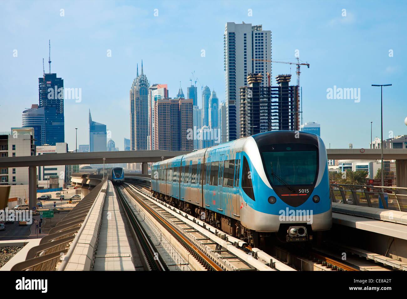 Dubai, Skyline und Dubai Metro Stockbild