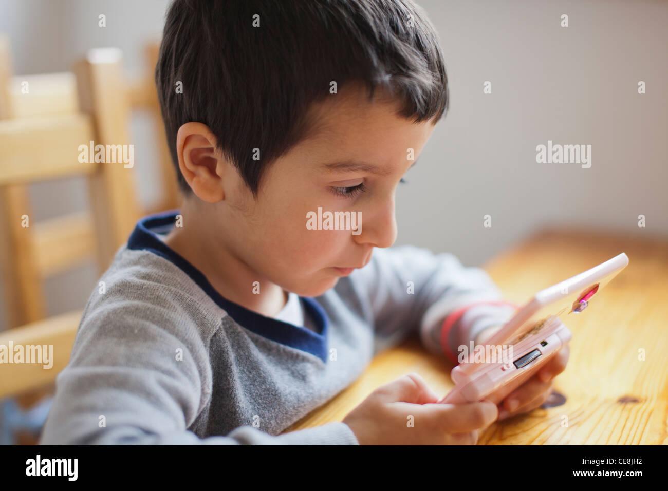 Junge, 4, einem Computerspiel Stockbild