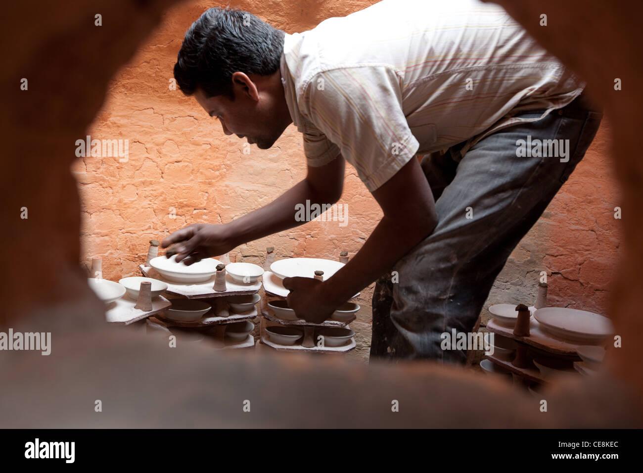 traditionelle Jaipur Keramik machen, in einer Keramikfabrik in Sanganer Dorf außerhalb Jaipur in Rajasthan, Stockbild