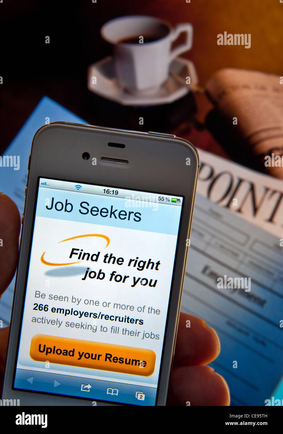 Hand mit iPhone Smartphone mit Arbeitssuchenden Lebenslauf ...