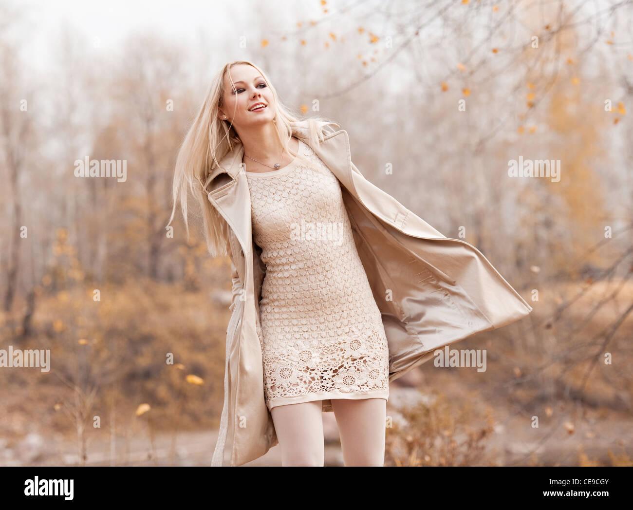 schöne junge blonde Frau, die Zeit im Herbst park Stockbild