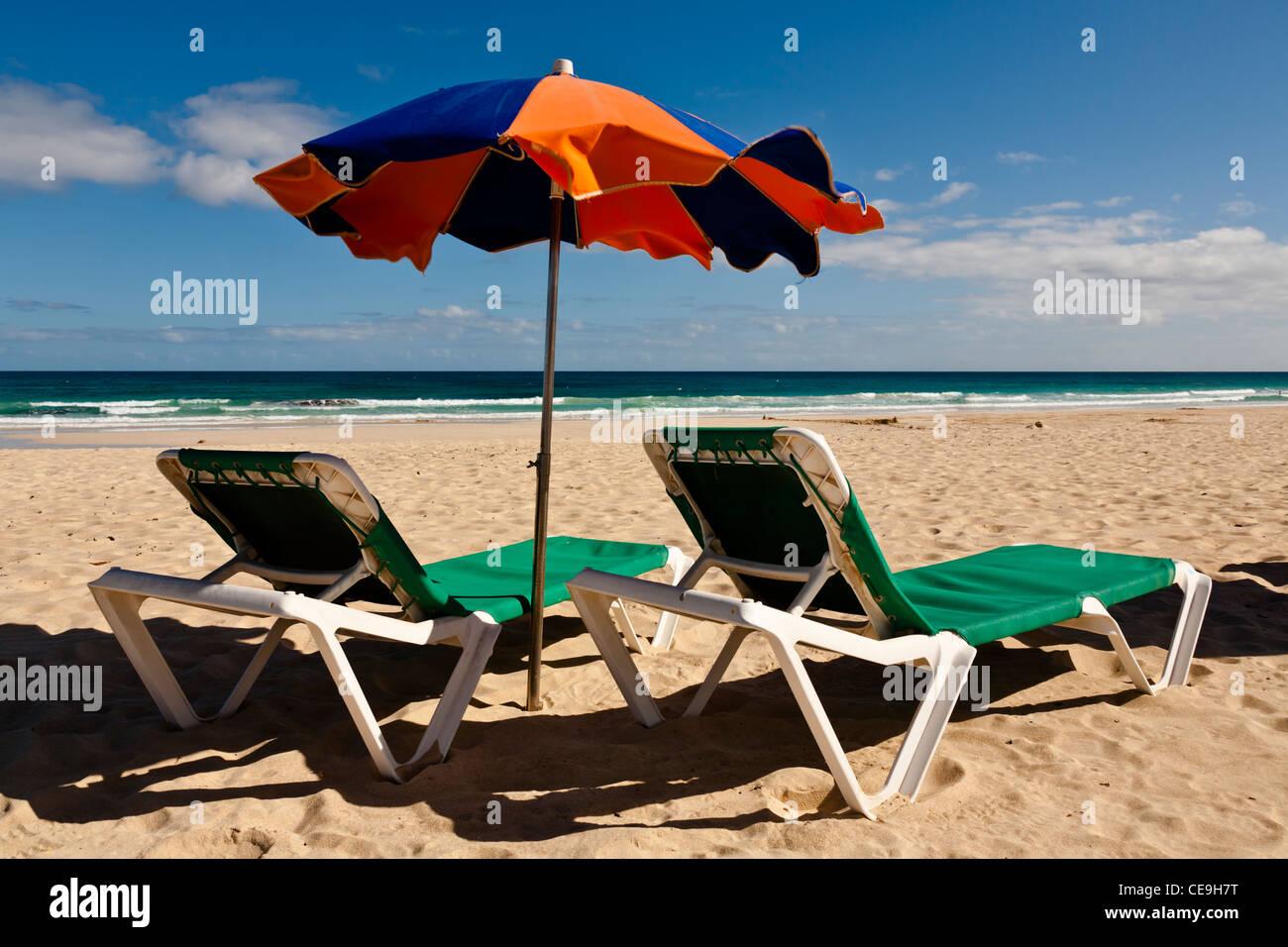 Liegestuhl mit sonnenschirm strand  Liegestuhl und Sonnenschirm am Strand, Corralejo, Fuerteventura ...