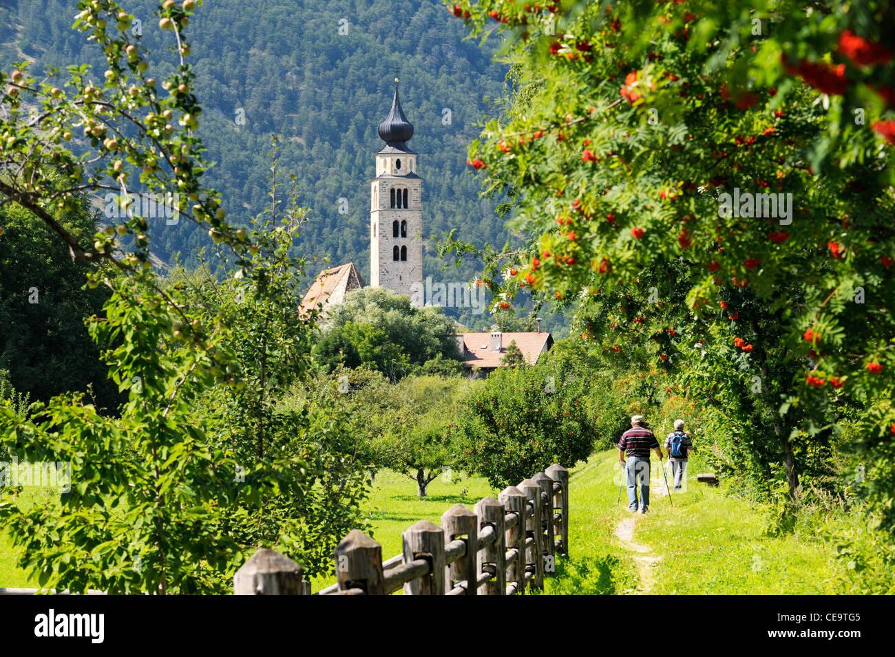 Riverside Weg zur Kirche von San Pancrazio neben den mittelalterlichen Mauern umgebene Stadt der Stadt Glurns Glurns. Stockbild