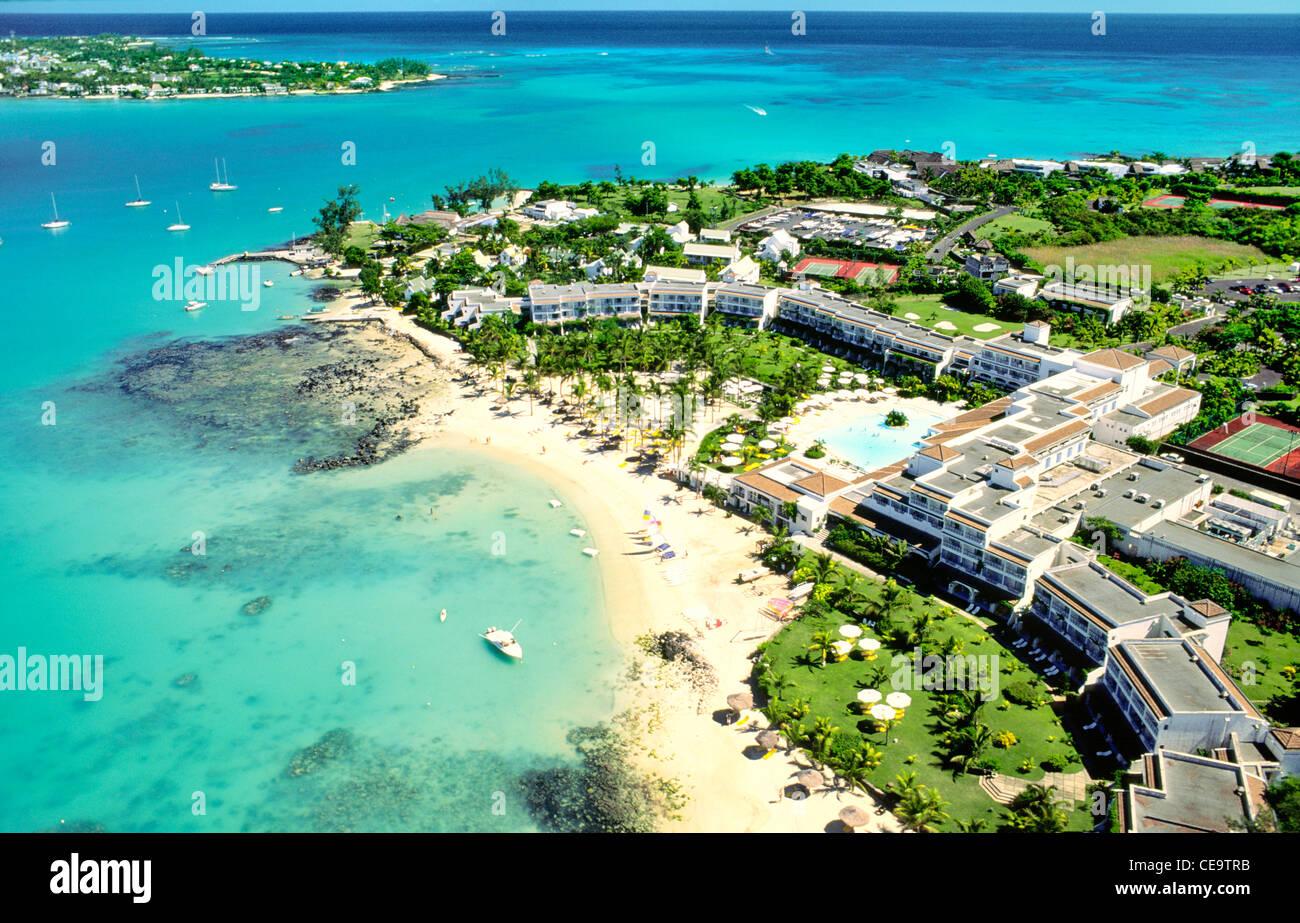 insel mauritius im indischen ozean luftaufnahme des resort hotels in grand gaube an der. Black Bedroom Furniture Sets. Home Design Ideas