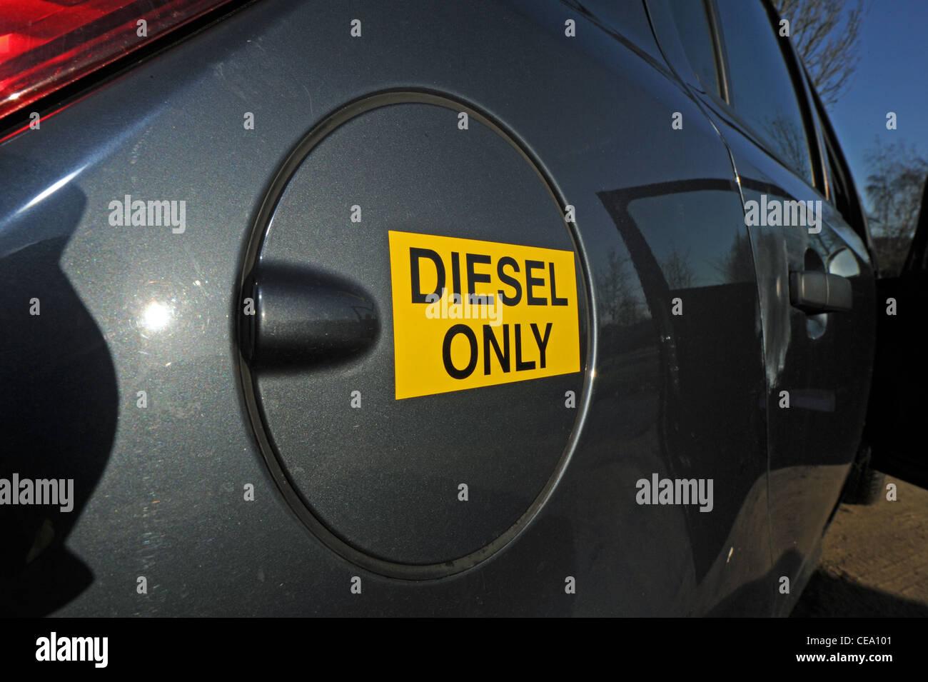 Tanken ein Auto mit Dieselkraftstoff ausziehen der Tankdeckel UK ...