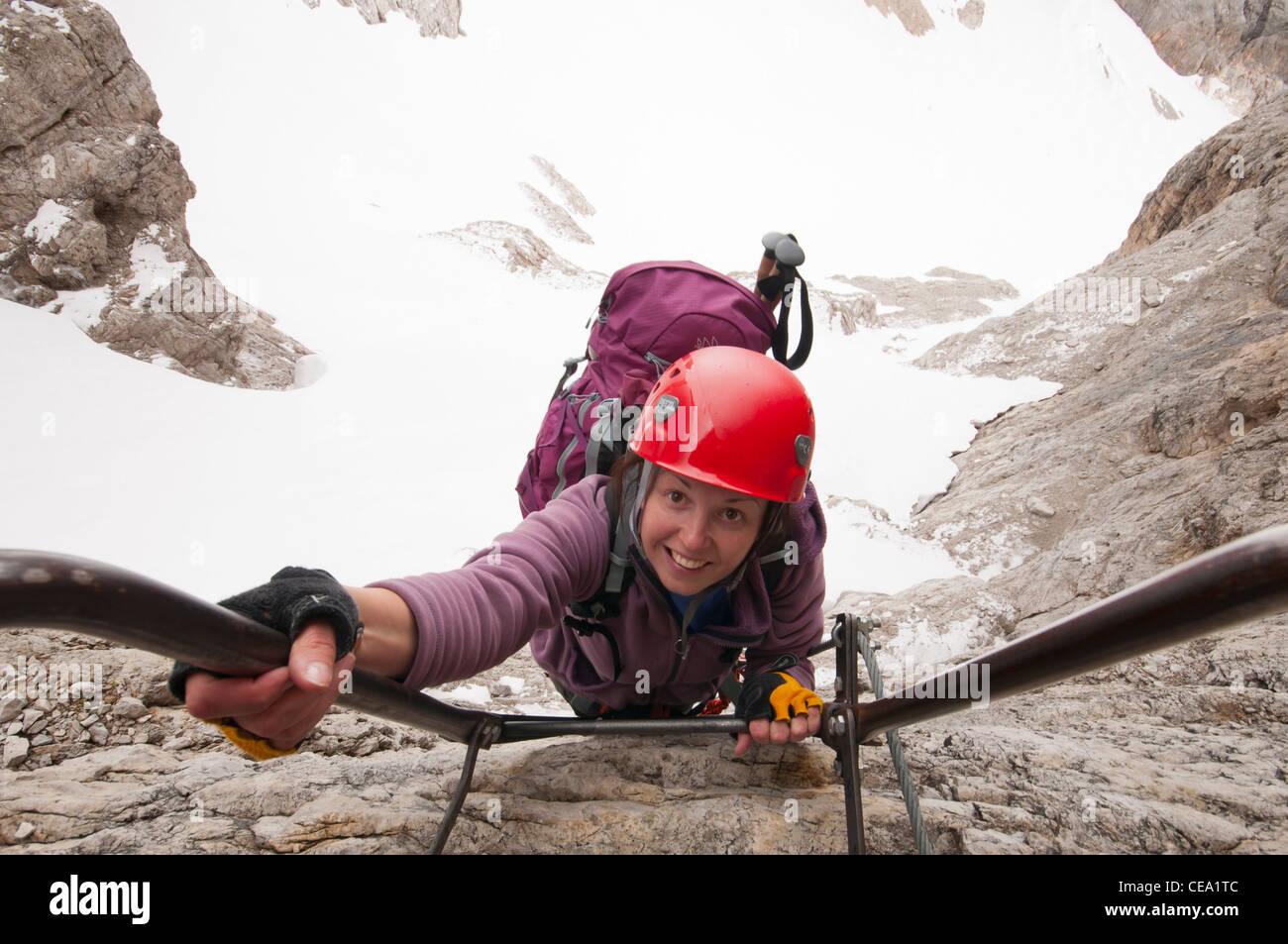 Klettersteig Leiter : Frau kletter leiter am klettersteig stockfoto bild: 43246908 alamy