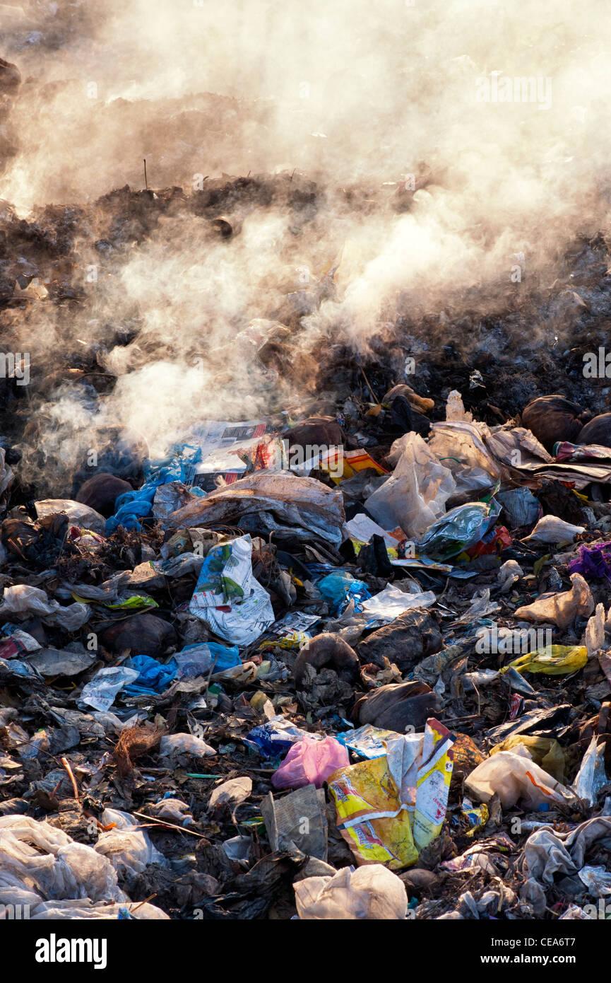 Haushalt Abfälle verbrannt am Straßenrand in Indien Stockbild