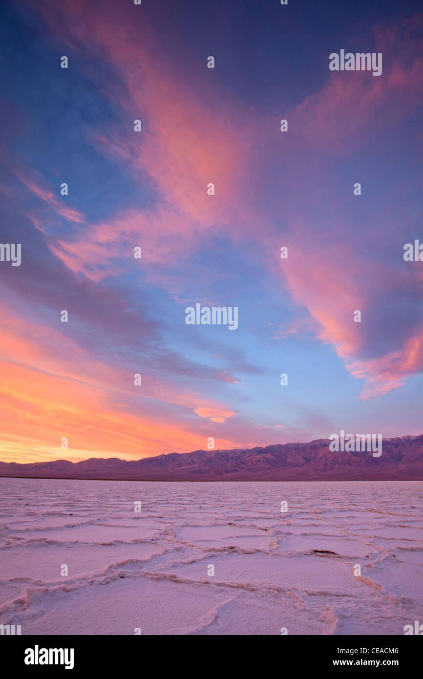 Sonnenaufgang über dem Salz Polygone und Muster am Salzsee Badwater im Death Valley Nationalpark, Kalifornien, USA Stockfoto