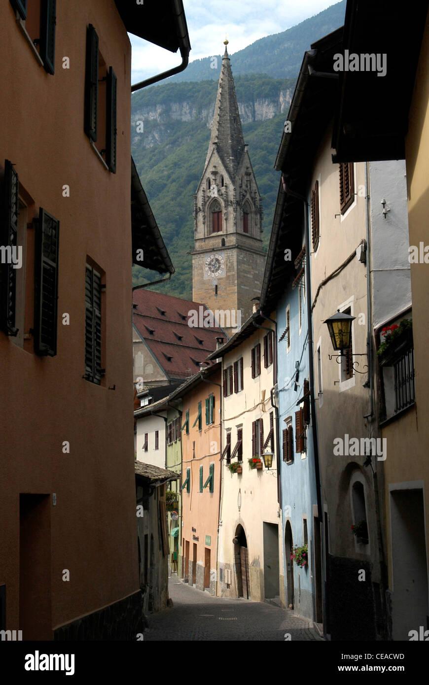 Alte Gasse in Tramin an der Südtiroler Wein-Route mit der gotischen Pfarrkirche aus dem 15. Jahrhundert. Stockbild