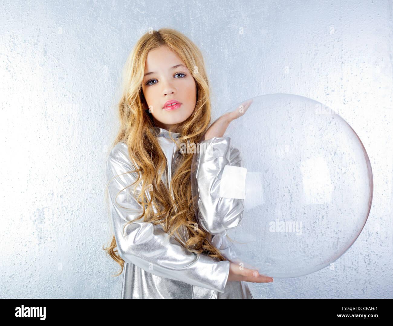 futuristische kleines Mädchen mit Raumanzug Stockbild