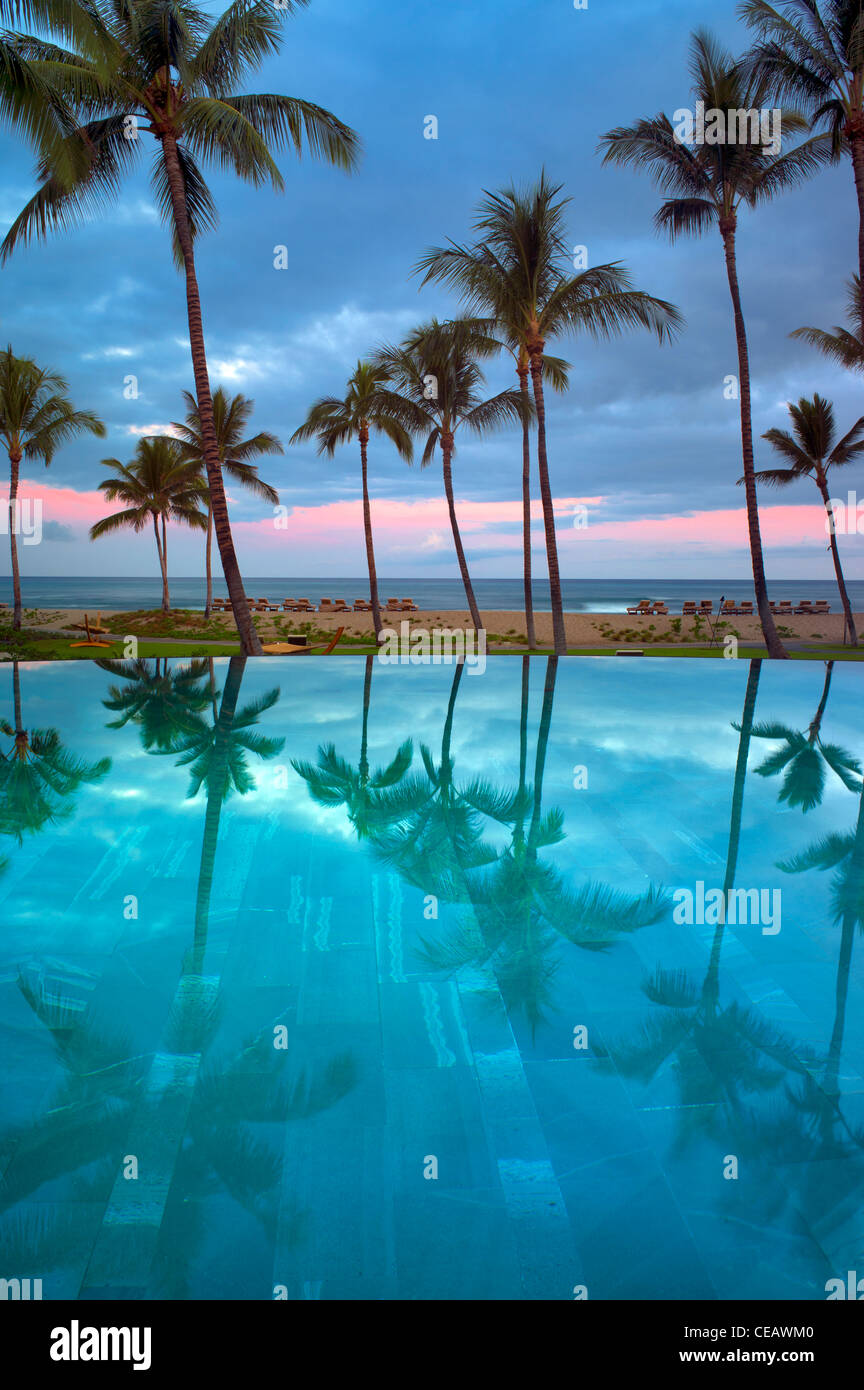 Reflexion im Infinity-Pool im Four Seasons Resort. Hawaii, Big Island Stockbild
