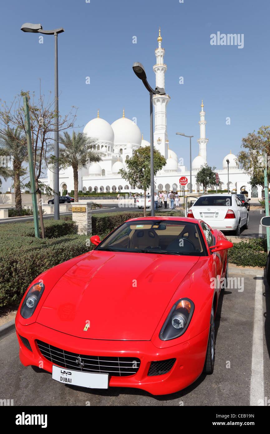 Luxus-Sportwagen geparkt auf der Sheikh-Zayed-Moschee in Abu Dhabi, Vereinigte Arabische Emirate Stockbild